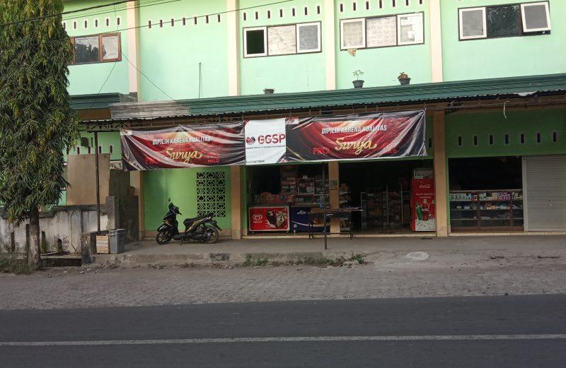 Salah satu sekolah di Lombok Timur masih terlihat ada poster iklan rokok